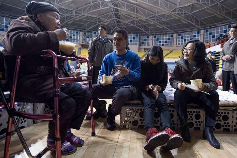 總統蔡英文8日來到花蓮慰問災民,與災民一同用餐。(取自蔡英文臉書)