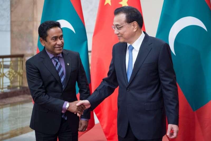 馬爾地夫總統亞明和中國總理李克強。2017年12月,中國和馬爾地夫簽署《中馬自貿協定》,加入中國「一帶一路」倡議,允許大量中國企業到馬投資。這一變化讓印度媒體驚呼中國進入了「印度的後花園」。(BBC中文網)