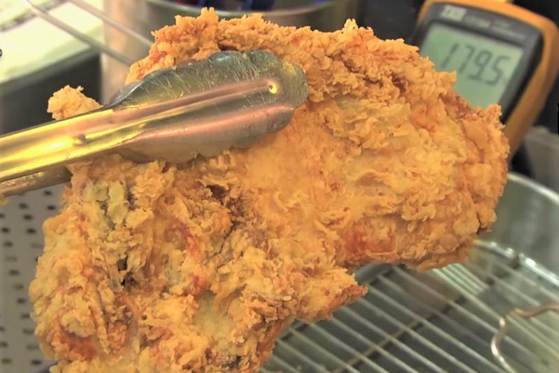 雞排是台灣的國民美食,但是油炸美食常因油品、環境、廚具不潔等問題,讓美食變成健康殺手。(圖/取自youtube)