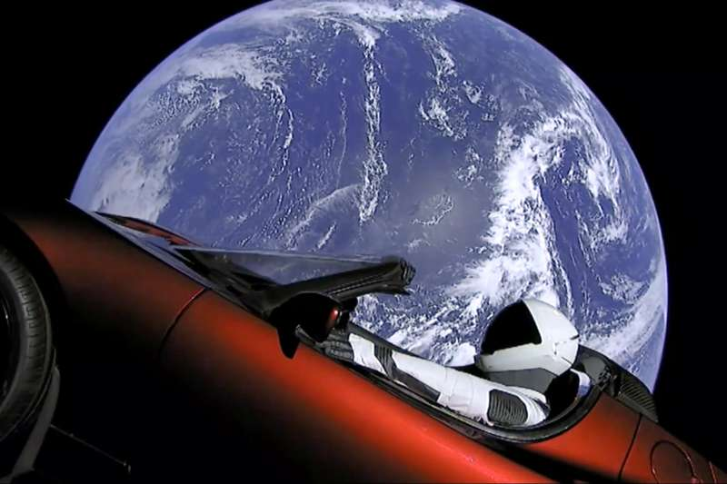 全球空污問題,讓歐美國家紛紛投入電動車科技發展,前美國能源部長朱棣文表示,電動車已經是未來趨勢。特斯拉電動車登上外太空。(資料照,美聯社)
