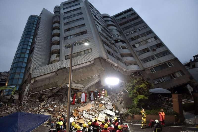 2018年2月6日發生的花蓮地震災情慘重,救難人員全力搶救。(AP)