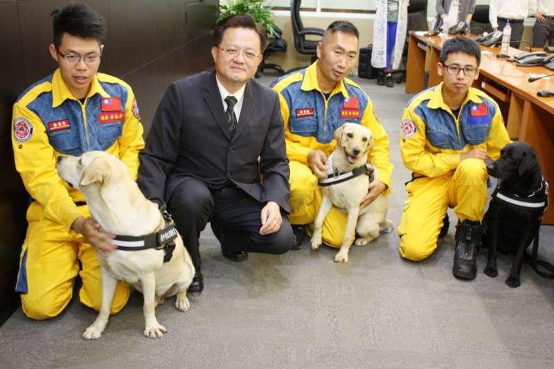 3隻台中市搜救犬,圖左為鐵雄、圖中為腿腿、圖右為斯斯。(取自龍井區公所)