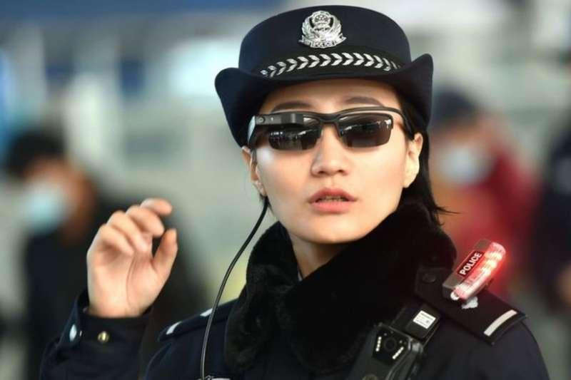 中國警方配戴特製墨鏡,可直接連線數據庫,追蹤與確認嫌犯(BBC中文網)