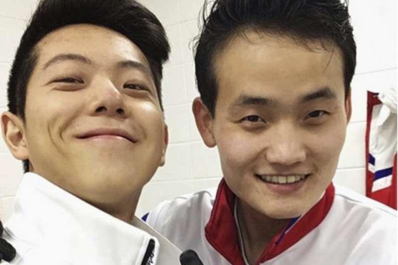 南韓滑冰選手甘江燦(左)與北韓滑冰選手金柱植(右)的自拍照被南韓媒體譽為「新和平標誌」。(美聯社)