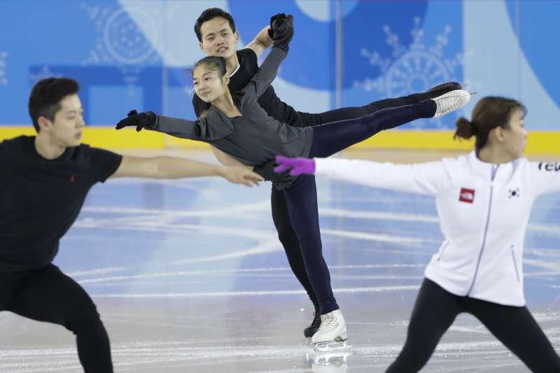南韓與北韓滑冰選手共用同一個練習場地。(美聯社)