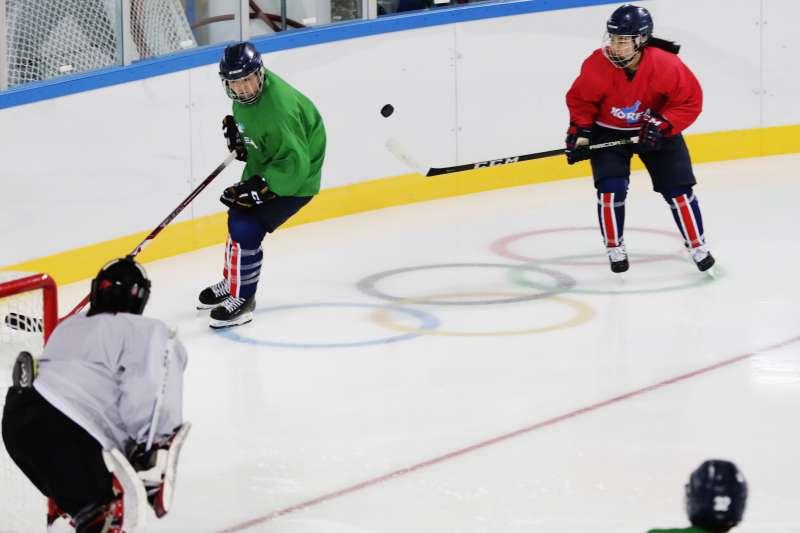 南北韓首次共組女子冰球團隊。(美聯社)
