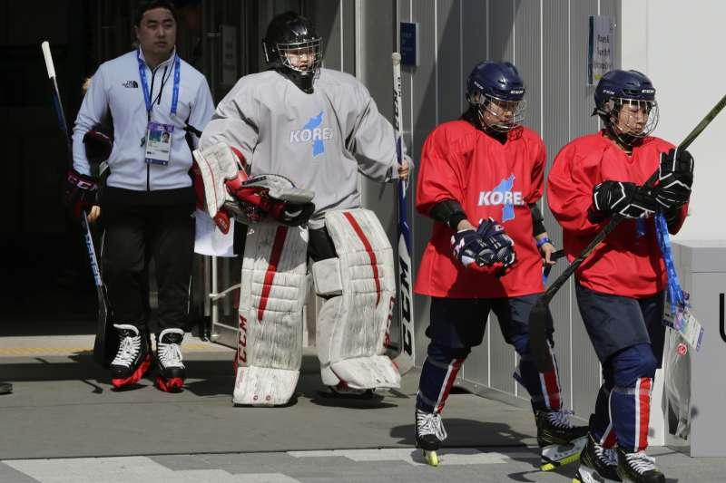 南北韓共組的冰球隊伍會擦出什麼火花,令人好奇。(美聯社)