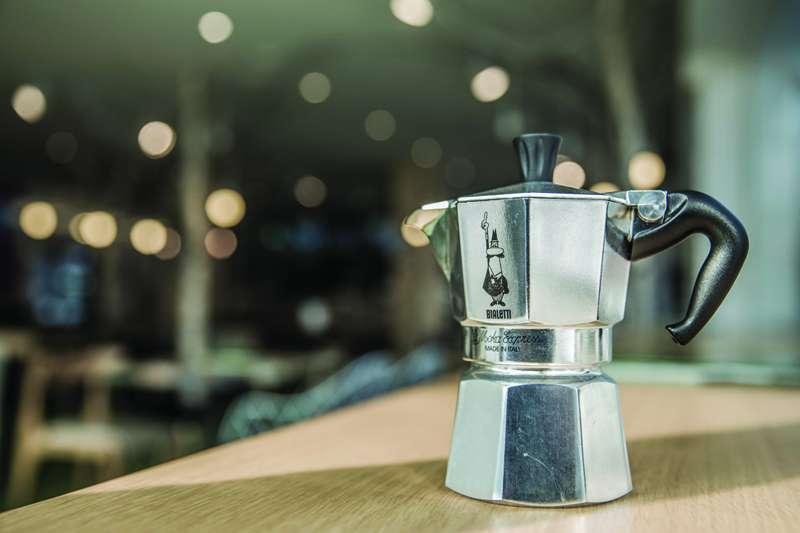 摩卡壺造型經典,似乎擺在家裡就是好品味的象徵。除了讓你輕鬆煮出好咖啡之外,它背後的故事也十分傳奇!(圖/寫樂文化提供)