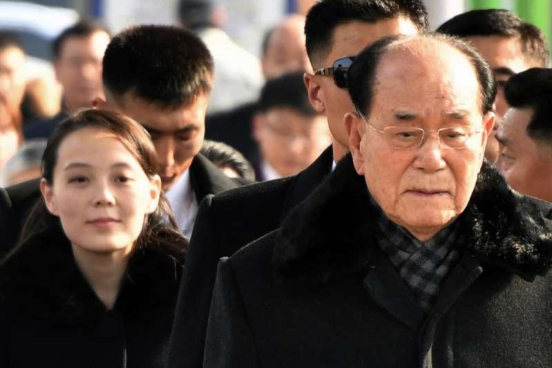 2018年2月9日,北韓代表團飛抵南韓,參加平昌冬奧,左為最高領導人金正恩妹妹金與正,右為北韓最高人民會議常委會委員長金永南(AP)