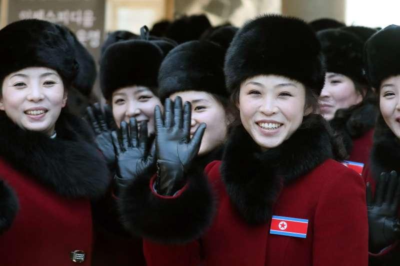 2018年2月7日上午,北韓啦啦隊由西海岸陸路抵達位於京畿道坡州的南北出入境事務所,準備參與平昌冬奧。(AP)