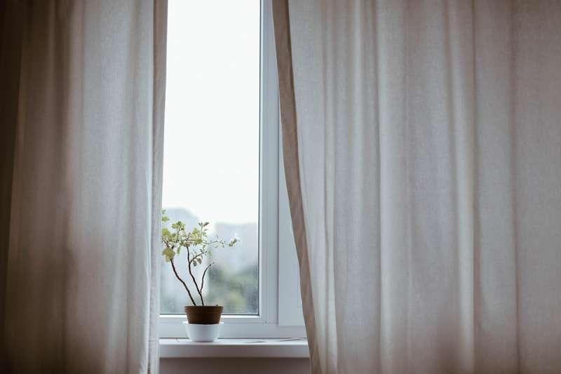 窗簾、紗窗、百葉窗超難清理,是大掃除時讓很多人頭痛的地方。家事專家分享小撇步能幫你!(圖/pixabay)