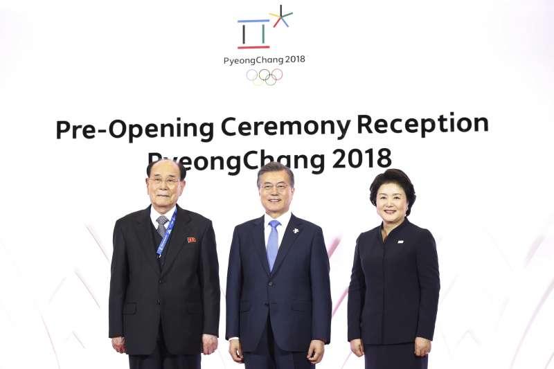 2018年2月9日,平昌冬奧開幕當天,南韓總統文在寅夫婦在江原道龍坪度假村與北韓最高人民會議委員長金永南(左)合影。(AP)
