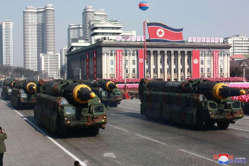 2018年2月8日,北韓舉行「建軍節閱兵式」,展出其最先進的「火星-12」洲際彈道飛彈(AP)