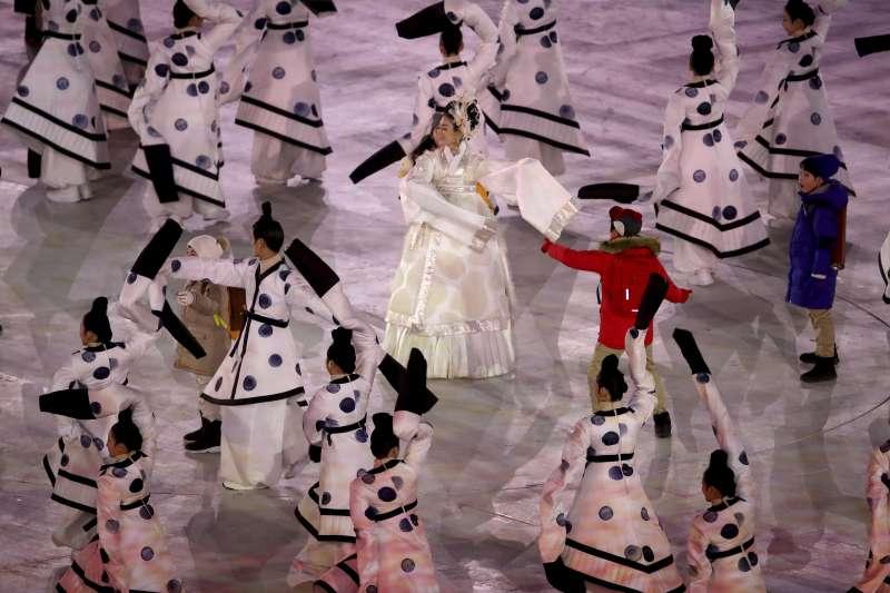 南韓平昌冬奧開幕式的舞蹈表演(美聯社)