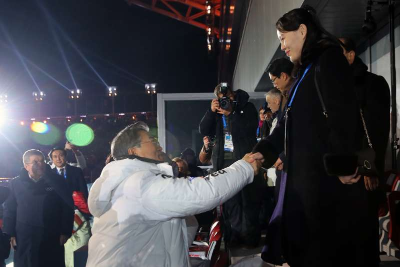 2018年2月9日,平昌冬奧開幕式隆重登場,南韓總統文在寅與北韓領導人金正恩之妹金與正握手(AP)