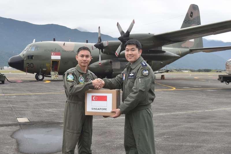滿載救援物資的新加坡C-130軍機在花蓮機場降落,國軍與星方人員聯手將賑災物資卸下。(取自新加坡國防部網站)