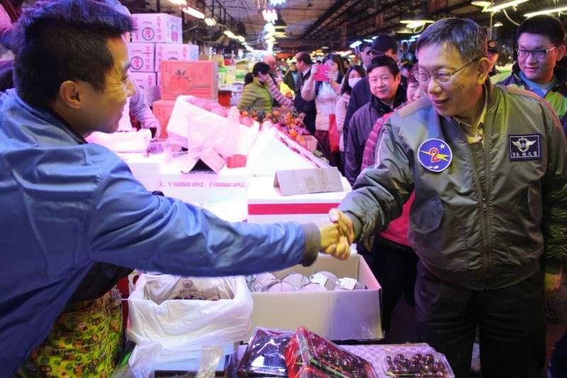 2018年2月9日,台北市長柯文哲凌晨前往萬華的魚類批發市場與第一果菜市場視察。(方炳超攝)