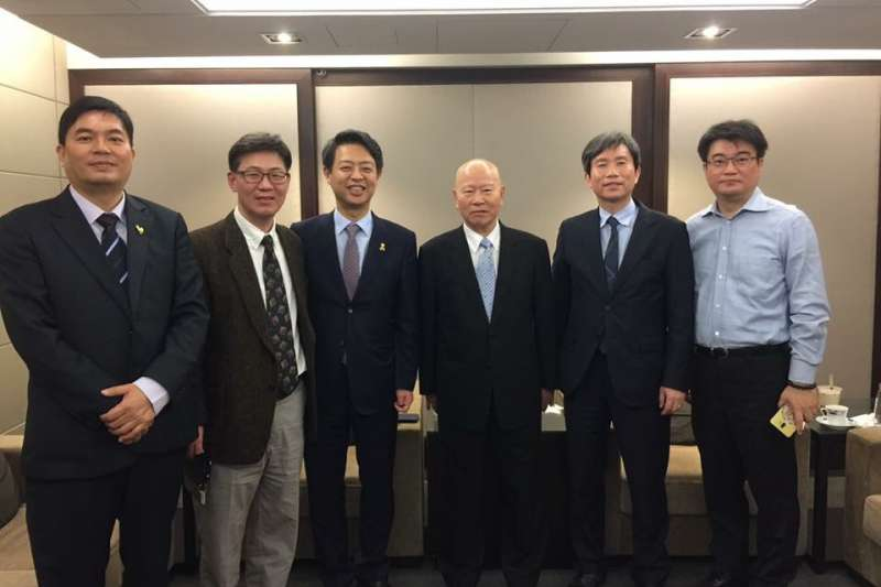 現任國會議員金映豪(左三)去年私下訪台,特別拜訪許信良(右三),他是韓國左翼政壇元老金相賢之子。(台灣世代教育基金會執行長洪耀南提供)