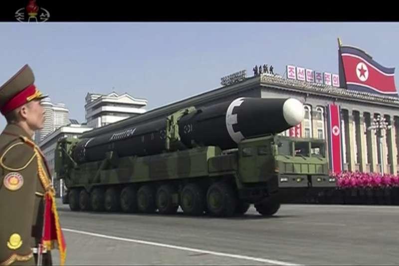 朝鲜人民軍建軍70周年閱兵式,火星系列的洲際彈道飛彈再次亮相。(美聯社)