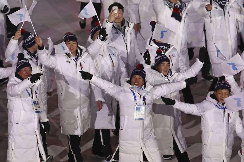2018年2月9日,南韓平昌冬奧開幕式,南北韓選手拿著「半島旗」一同入場。(美聯社)