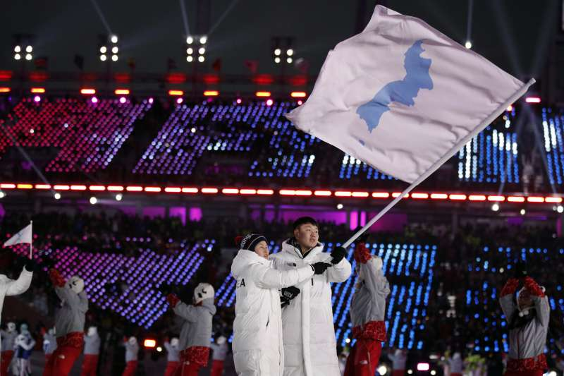 北韓曾於1987年向時任蘇聯總書記戈巴契夫遞交機密信件,提案與南韓和平統一。圖為2018年2月9日平昌冬奧開幕式時,南、北韓代表團共持半島旗登場。(AP)
