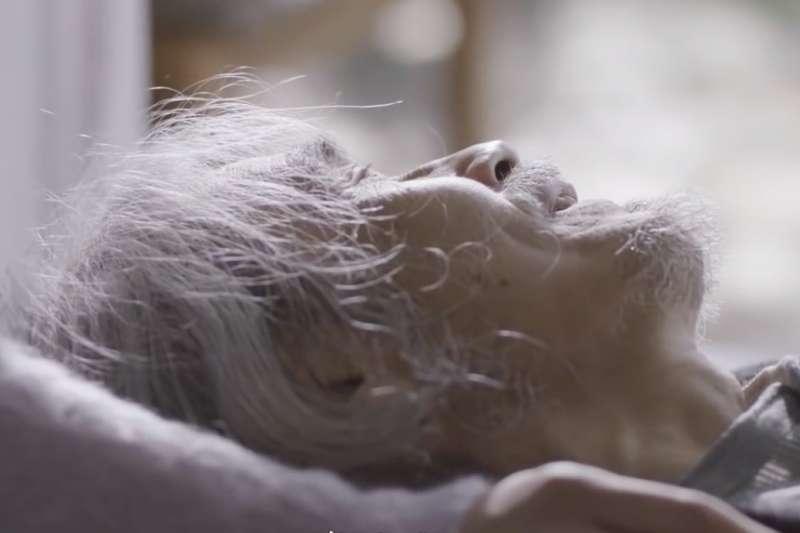 所有家人在老爸媽死時才一起團聚在家裡,有什麼意義?近年,「一個人死去」在日本社會越來越常見...(示意圖/擷取自Youtube)