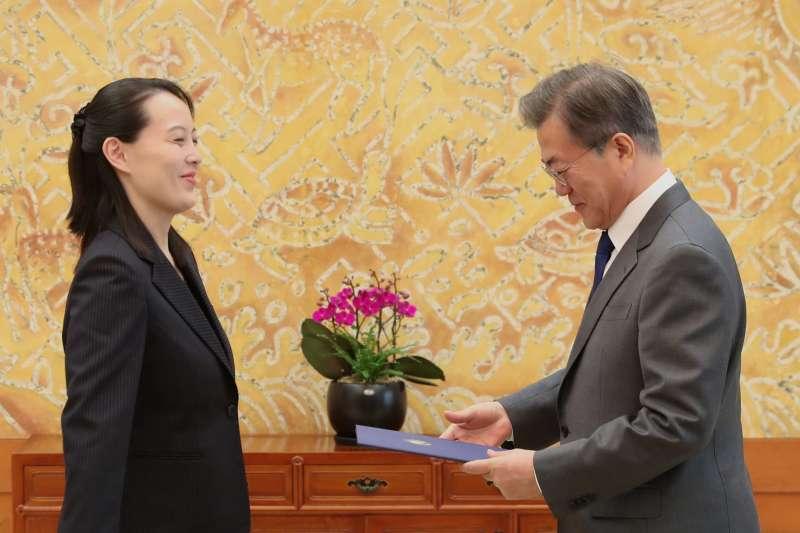 2018年2月10日,南韓總統文在寅在青瓦台接見北韓領導人金正恩的妹妹金與正,金與正將哥哥的親筆信轉交給文在寅(AP)