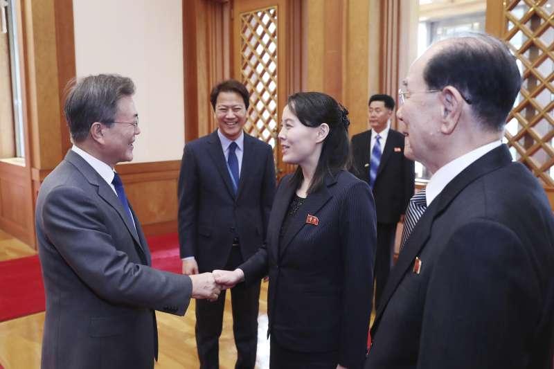 2018年2月10日,北韓朝鮮勞動黨委員長金正恩的胞妹金與正(中)訪問南韓總統府青瓦台,與文在寅總統(左)握手寒暄(AP)