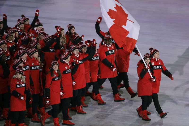 Tessa Virtue 和 Scott Moir 擔任平昌冬奧開幕式加拿大代表隊掌旗手