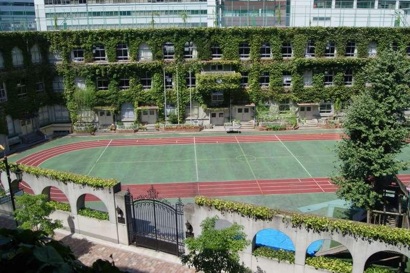 日本東京中央區泰明小學校(岡部碩道@Wikipedia / Public Domain)