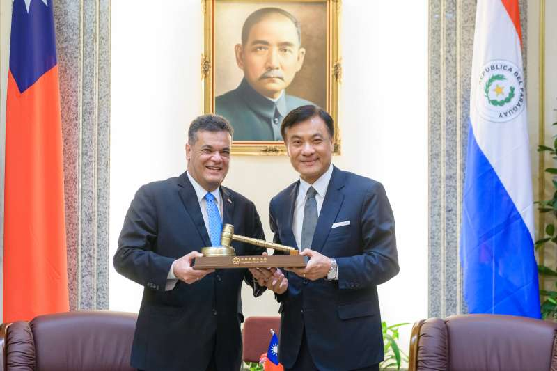 立法院長蘇嘉全(右)接見巴拉圭共和國國會暨參議院議長阿瑟維多,將議事槌做為精美禮品致贈給來訪的外賓。(立法院提供)
