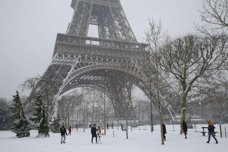 巴黎連日大雪,人們在一片銀白的戰神廣場(Champ-de-Mars)漫步。(AP)