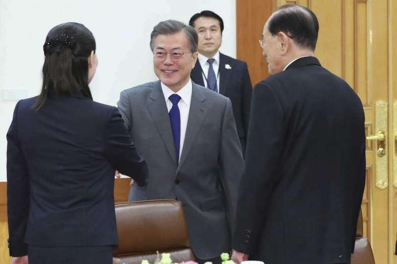 2018年2月10日,北韓領導人金正恩的胞妹金與正(中)、北韓最高人民會議常任委員會委員長金永南(左2)訪問南韓總統府青瓦台(AP)