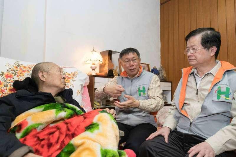 台北市長柯文哲上午前往萬華區化身「一日醫生」,探視失能長者個案。(北市府提供)