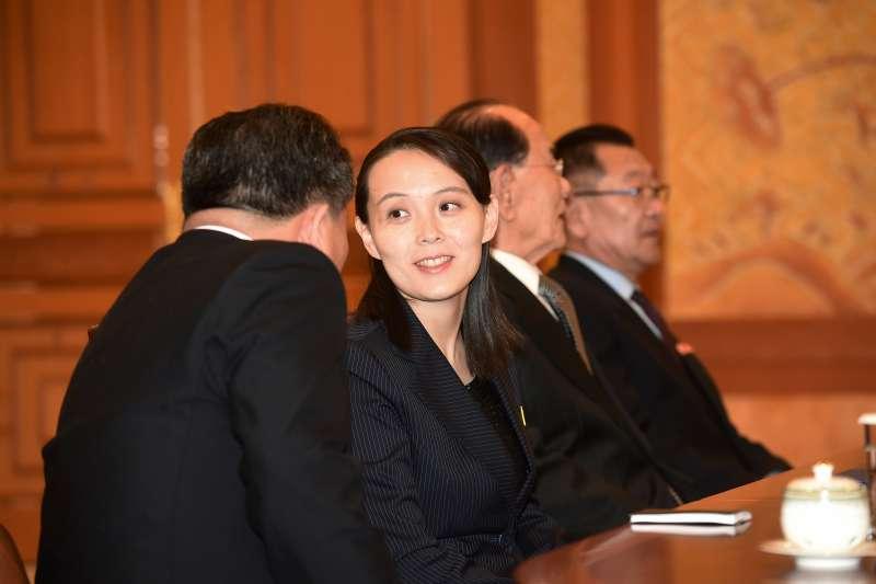 2018年2月10日,北韓領導人金正恩的胞妹金與正(中)、北韓最高人民會議常任委員會委員長金永南(右2)訪問南韓總統府青瓦台(AP)