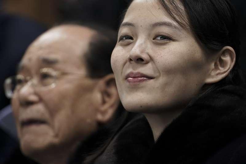 北韓最高領導人金正恩的妹妹金與正(右)9至11日率團參加平昌冬奧,成為鎂光燈焦點(美聯社)