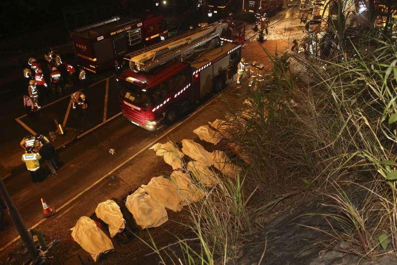 2018年2月10日,香港新界大埔公路傍晚發生嚴重車禍,一輛雙層巴士翻覆,造成慘重傷亡(AP)