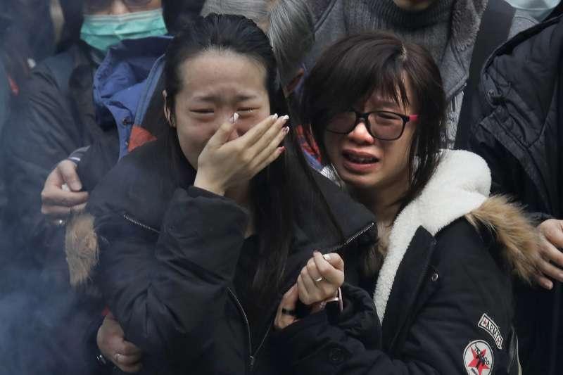 2018年2月10日,香港新界大埔公路傍晚發生嚴重車禍,一輛雙層巴士翻覆,造成慘重傷亡,家屬在現場祭拜(AP)