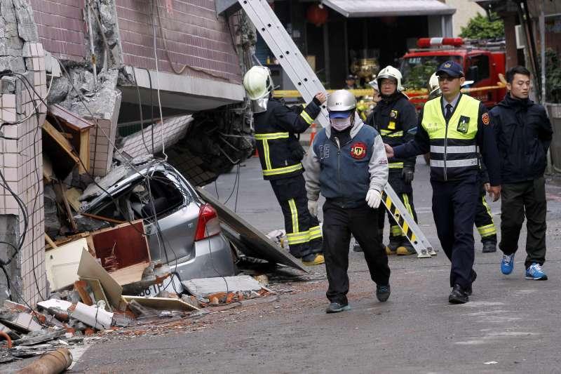 2018年2月9日,花蓮地震第4天,救災人員(AP)