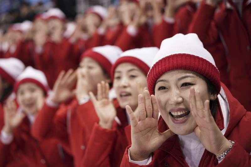 2018年平昌冬奧,兩韓女子冰球聯隊(白)2月10日出戰瑞士隊(紅),以8:0慘敗,場邊北韓啦啦隊仍奮力加油(AP)