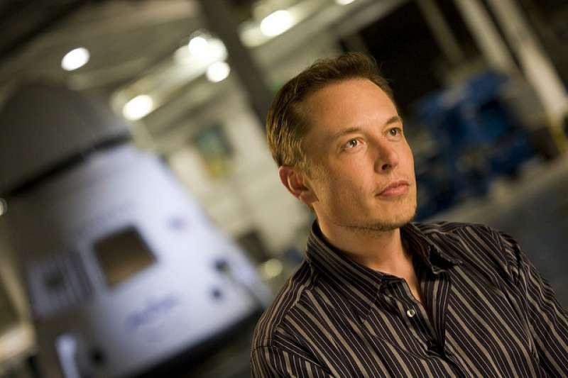特斯拉CEO馬斯克(Elon Musk),近日將一台紅色特斯拉跑車送上太空引起熱議,而在他的太空夢之外,你又對他的人生了解多少?(圖/OnInnovation@flickr)