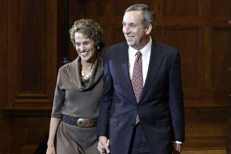 哈佛第29任校長巴考與其太太愛黛爾連袂出席新任校長發布會。(AP)