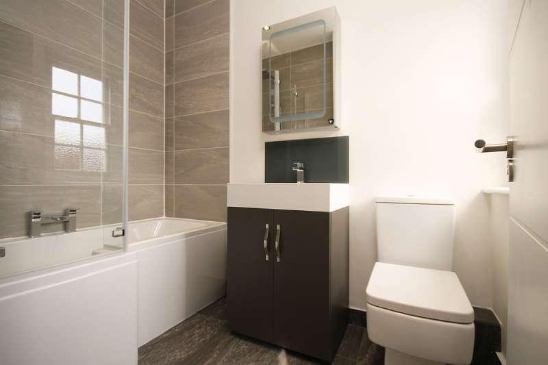老舊的浴廁因終年潮濕,常常怎麼洗都看起來不乾淨,或許可考慮趁著新年來重新大整修一下!(圖/pixabay)