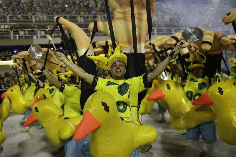 巴西里約熱內盧嘉年華熱鬧登場,「森巴舞遊行」時,森巴舞學校的舞者諷刺前總統羅賽芙(AP)