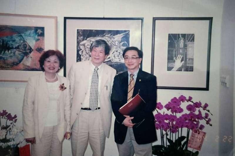 2018-02-12-蔡宏達雙親蔡淵讚、黃美枝,於2004年舉辦三人聯合畫展,陳宜民到場。(陳宜民辦公室提供)