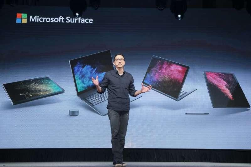 台灣微軟總經理 孫基康開心分享Surface Book 2上市消息。(圖/台灣微軟提供)