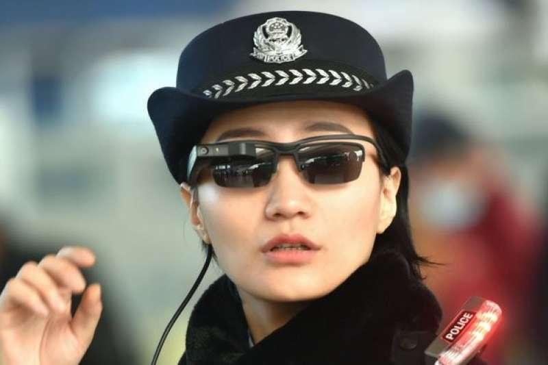 面對即將到來的春運,中國警方導入了具人臉辨識功能的太陽眼鏡,能在十分之一秒內揪出嫌疑人,但卻也引發人權隱私的擔憂與討論。(圖/取自twitter,數位時代提供)