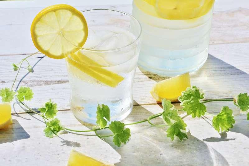 檸檬向來被視為美白聖品,讓人愛不釋手,但你知道檸檬要連皮一起沖泡,才算喝對方法喔!(示意圖/photoAC)