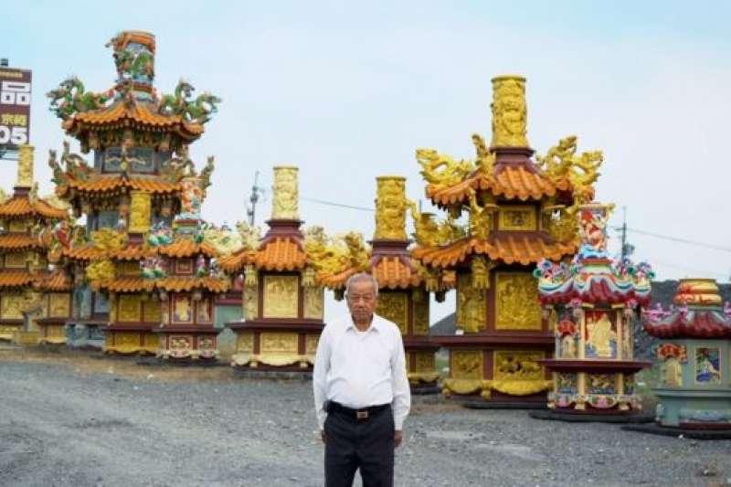 林復凖站在展示場。傳說藝品最初的行銷方式是將廟和金爐陳列在路邊。(BBC中文網)