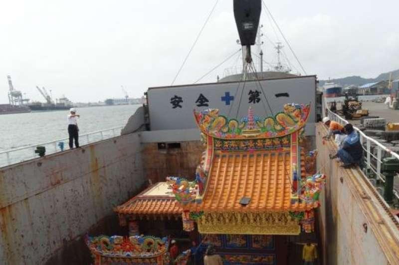 將寺廟運往南海太平島,需要使用貨輪。(BBC中文網)